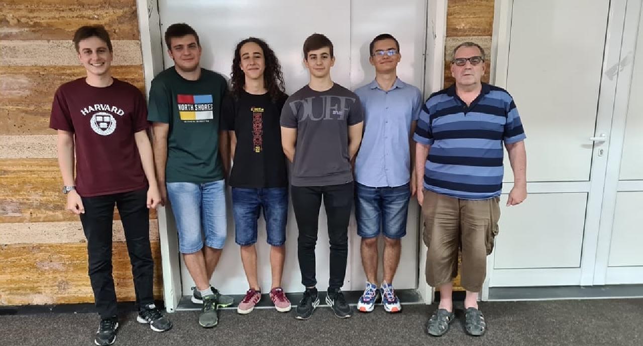 Българският отбор с медали от Международната олимпиада по информатика